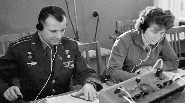Летчики-космонавты Юрий Гагарин и Валентина Терешкова на занятиях в радиоклассе