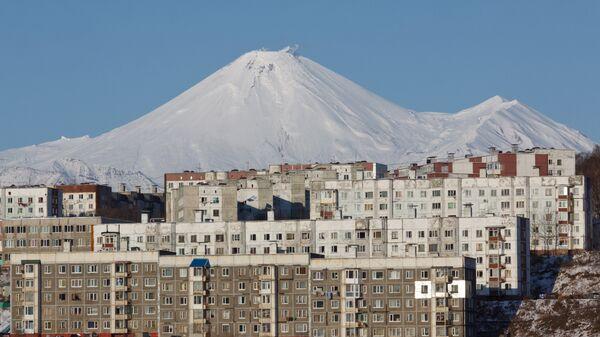 Жилые дома Петропавловска-Камчатского на фоне Авачинского вулкана