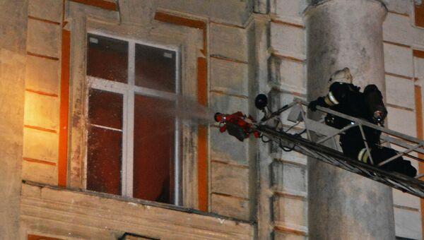 Сотрудник пожарной службы МЧС России во время ликвидации пожара. Архивное фото