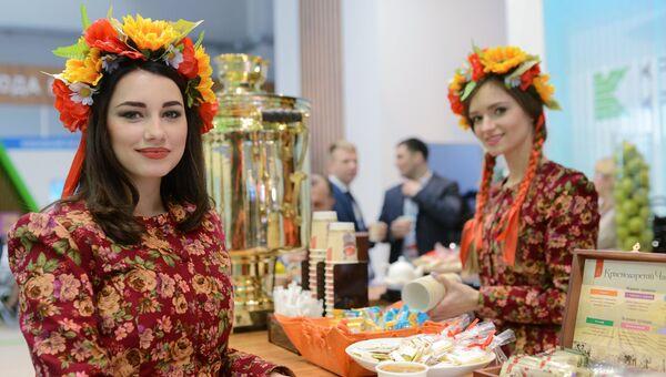 Девушки у стенда Краснодарского края на выставке Российского инвестиционного форума в Сочи