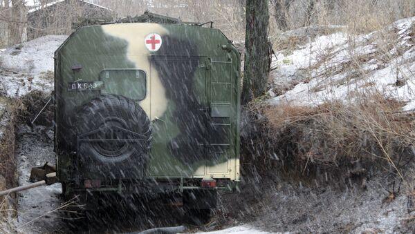 Санитарная машина для эвакуации раненых недалеко от боевых позиций в поселке 2-я Жилплощадка в Куйбышевском районе Донецка. Архивное фото