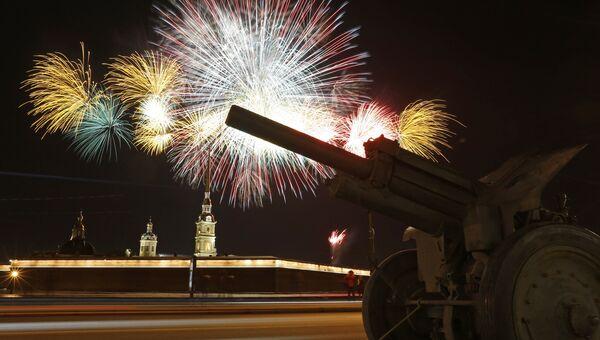 Праздничный артиллерийский салют в честь Дня защитника Отечества у Петропавловской крепости в Санкт-Петербурге. Архивное фото