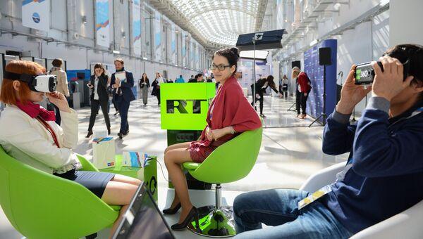 Посетители в 3D очках у стенда телеканала RT на Российском инвестиционном форуме в Сочи