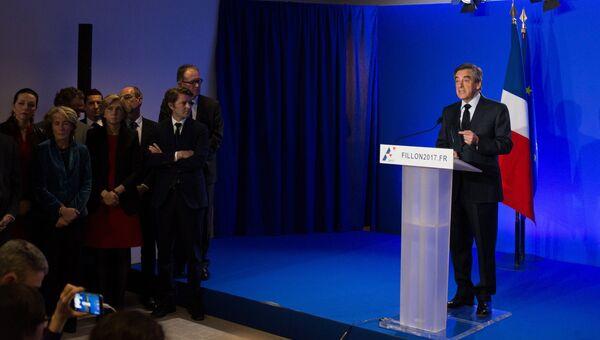 Кандидат в президенты Франции от партии Республиканцев Франсуа Фийон во время пресс-конференции. Архивное фото
