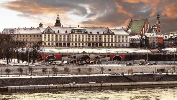 Вид замка и реки Висла в Старом городе Варшавы, Польша. Архивное фото
