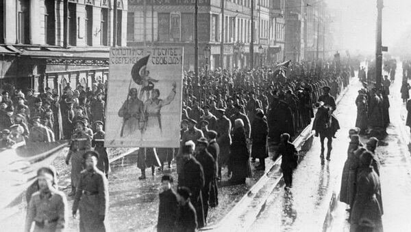 Жители Петрограда проводят манифестацию на улицах города под лозунгом Сплотимся сильнее, сбережем свободу. Февральская буржуазно-демократическая революция. 1917 год