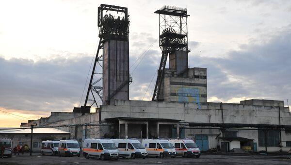 Автомобили скорой медицинской помощи у здания шахты Степная во Львовской области, где произошла авария. 2 марта 2017