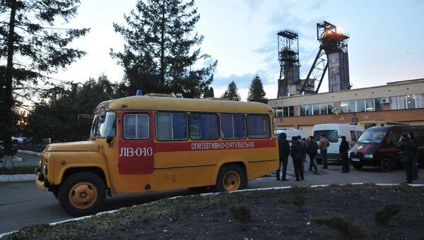 Оперативные службы у здания шахты Степная во Львовской области, где произошла авария. Архивное фото