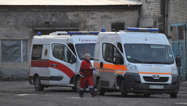 Автомобили скорой медицинской помощи у здания шахты Степная во Львовской области, где произошла авария