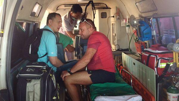 Спасенный в Таиланде российский турист Дмитрий Сомов в машине скорой помощи. 3 марта 2017