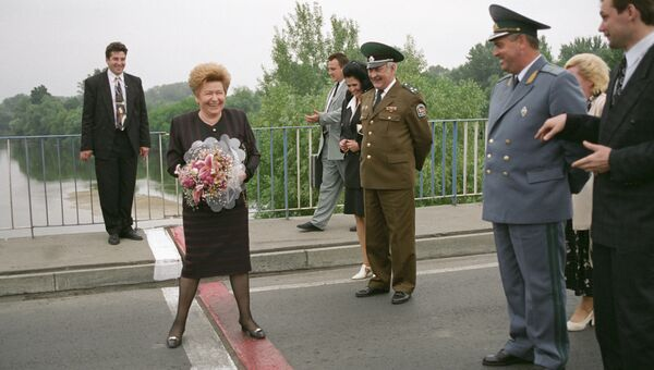 Супруга Президента РФ Наина Ельцина стоит на границе Белоруссии и Польши