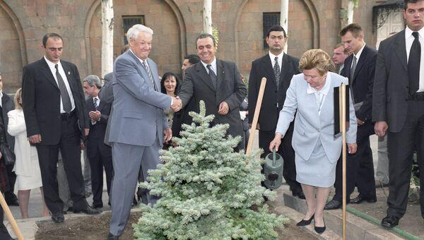 Президент России Борис Ельцин, его супруга Наина Ельцина и премьер-министр Армении Грант Багратян во время поездки в Армению