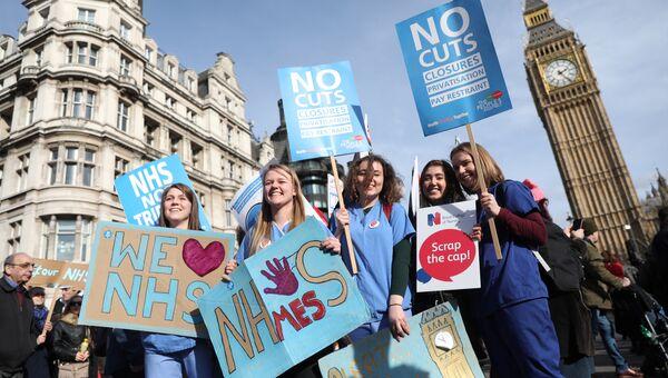 В Лондоне десятки тысяч человек вышли на демонстрацию в поддержку национальной системы здравоохранения (NHS)