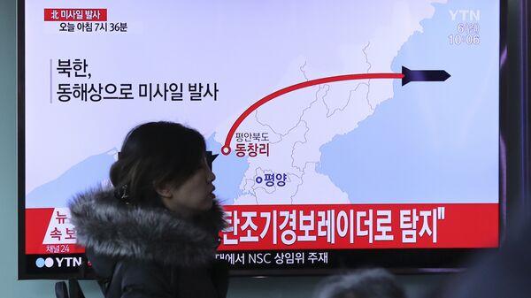 Репортаж о пуске ракет в КНДР по южнокорейскому телевидению на железнодорожном вокзале в Сеуле