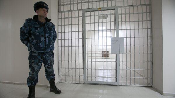 Сотрудник Федеральной службы исполнения наказаний РФ в здании нового следственного изолятора Кресты-2, строящегося в Санкт-Петербурге