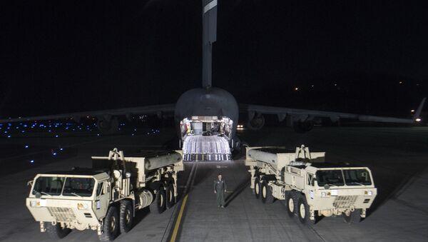 Грузовики с пусковыми установками американских ракетных комплексов THAAD. Архивное фото