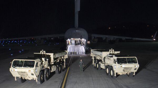 Грузовики с пусковыми установками американских ракетных комплексов THAAD на авиабазе в Южной Корее. 6 марта 2017