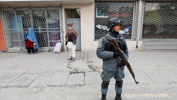 Полицейский в Кабуле недалеко от места взрыва и перестрелки