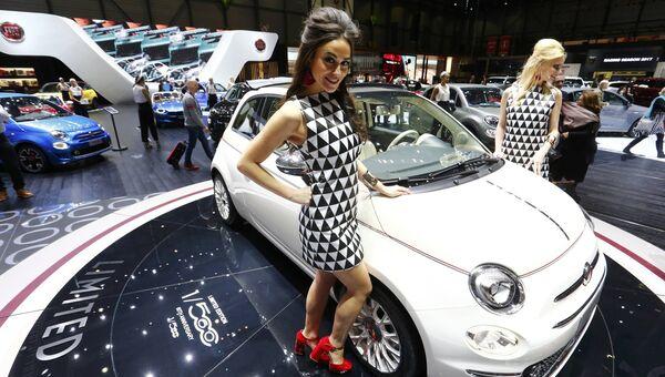 Модели возле автомобиля Fiat 560 на Женевском международном автосалоне