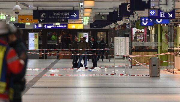 Полиция возле места нападения в вокзале в Дюссельдорфе, где мужчина с топором набросился на людей