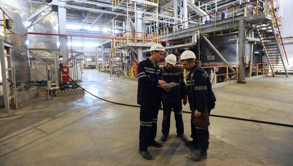 Сотрудники работают в цехе по производству серной кислоты на предприятии ОАО Хиагда в Баунтовском районе Республики Бурятия