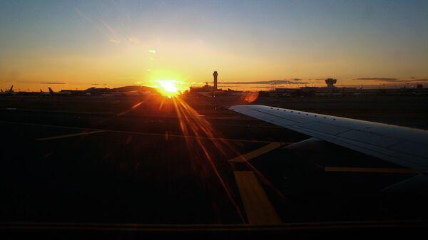 Закат в аэропорту. Архивное фото