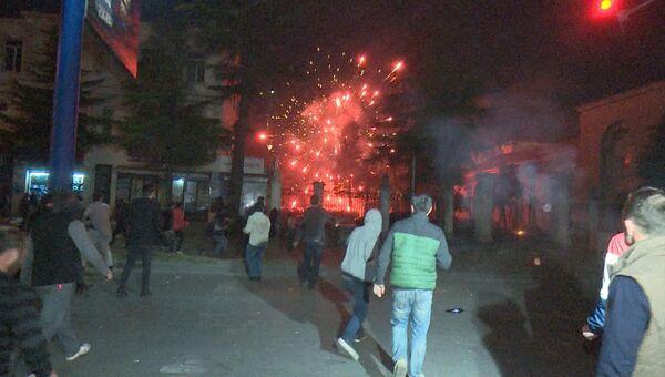 Протестующие били машины и забрасывали здание ГУВД петардами в Батуми
