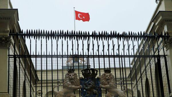Турецкий флаг над голландским консульством в Стамбуле, 12 марта 2017 года