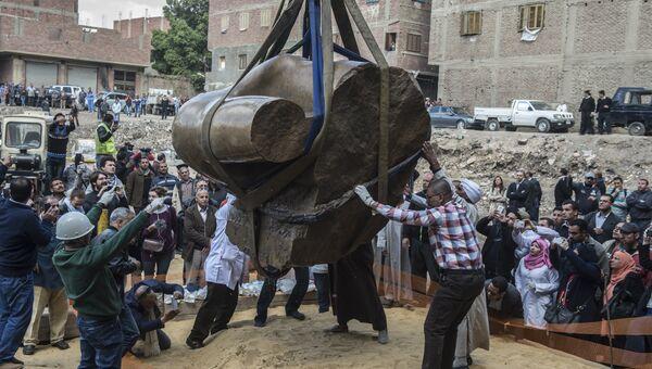 Статуя древнеегипетского фараона Рамзеса Второго, обнаруженная археологами в районе эль-Матария в Каире