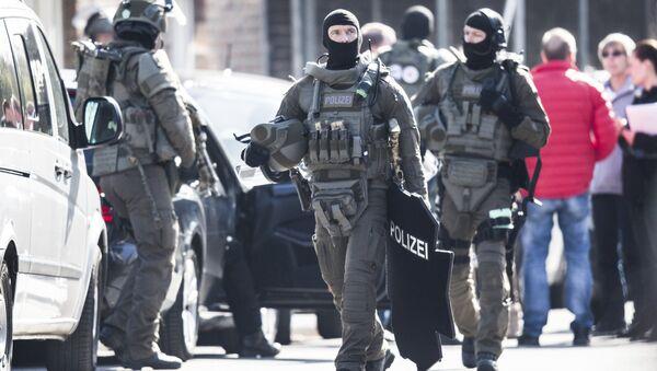 Сотрудники полиции у здания банка в Дуйсбурге, Германия. 16 марта 2017