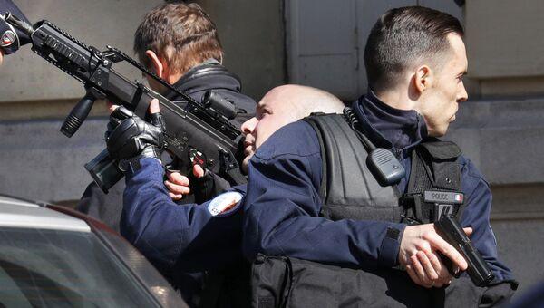 Сотрудники полиции у здания МВФ в Париже, где произошел взрыв. 16 марта 2017