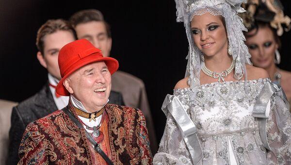 Модельер Вячеслав Зайцев во время показа одежды из своей новой коллекции в рамках Mercedes-Benz Fashion Week Russia