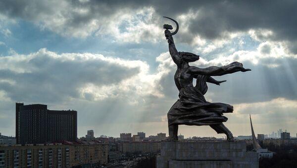 Скульптура Веры Мухиной Рабочий и колхозница у Всероссийского выставочного центра. Архивное фото.