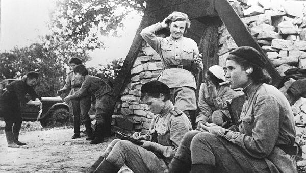 Лётчицы 46-го гвардейского авиационного полка после дневного отдыха у землянки