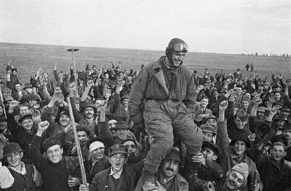 Жители деревни Омолица приветствуют советского летчика Семена Бойко, прилетевшего первым на югославскую землю
