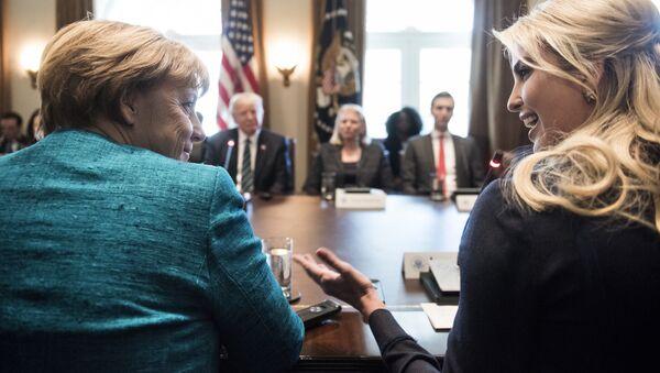 Канцлер Германии Ангела Меркель и Иванка Трамп беседуют перед встречей с президентом США Дональдом Трампом и деловыми лидерами в кабинете министров Белого дома, 17 марта 2017