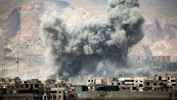 Дым после авиаудара ВВС Сирии. Архивное фото