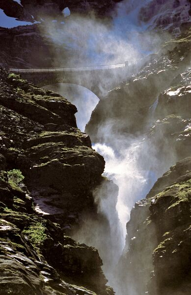 Водопад в горах Норвегии