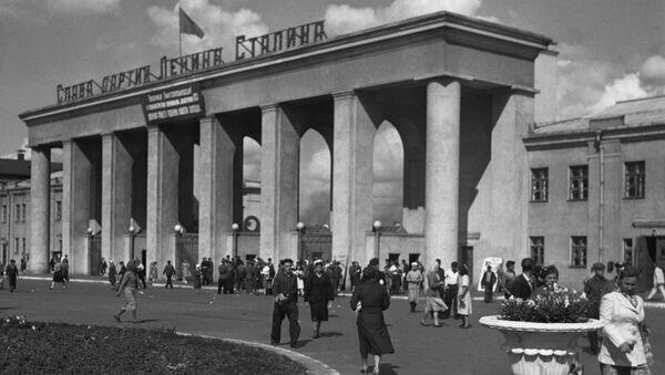 У входа на Сталинградский тракторный завод