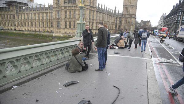 Раненные люди на Вестминстерском мосту в Лондоне