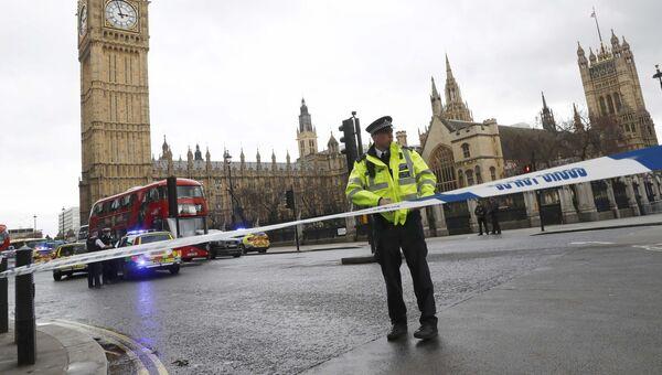 Полицейский у здания Парламента в Лондоне, Великобритания. 22 марта 2017