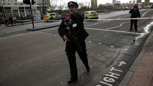 Полицейский у здания Парламента в Лондоне