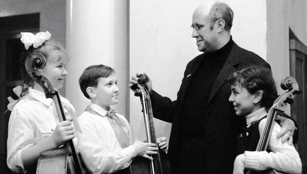 Председатель жюри конкурса Мстислав Ростропович с победителями конкурса юных виолончелистов и контрабасистов детских музыкальных школ