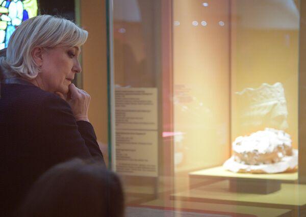 Кандидат в президенты Франции Марин Ле Пен во время осмотра мозея на территории Кремля перед встречей с Владимиром Путиным