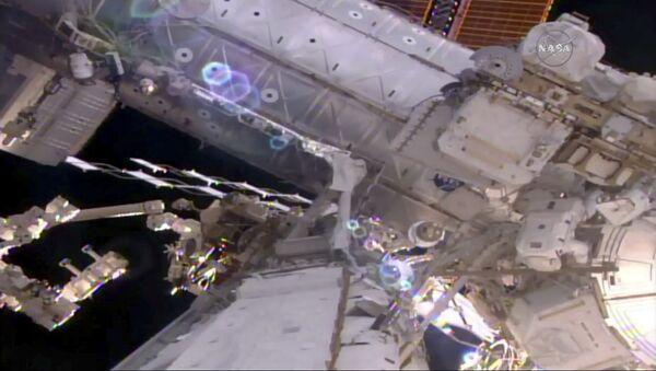 Астронавт НАСА Шейн Кимброу работает в открытом космосе на внешной поверхности МКС. 24 марта 2017