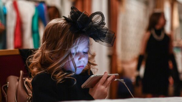 Ребенок с телефоном. Архивное фото