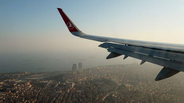 Вид Стамбула из иллюминатора самолета