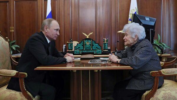 Президент РФ Владимир Путин и президент ГМИИ имени А.С. Пушкина Ирина Антонова во время встречи. 27 марта 2017