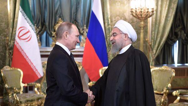 Президент РФ Владимир Путин и президент Исламской Республики Иран Хасан Роухани во время встречи