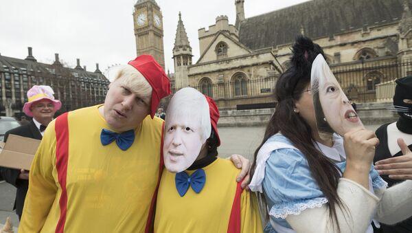 Люди в костюмах персонажей Алисы в стране Чудес Л. Кэролла проводят у здания Парламента в Лондоне акцию протеста против выхода Великобритании из ЕС